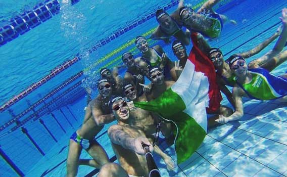 ITALIA CON BANDIERA IN IMMERSIONE